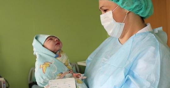 У акушерки подкосились ноги, когда за новорожденной тройней пришел ее муж