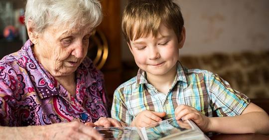 Моя мама не хочет сидеть с внуками, а мне надо кормить семью