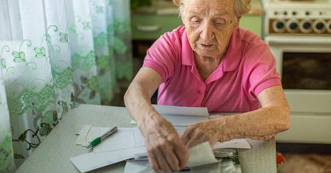 Свекровь тратит деньги с пенсии на всякие глупости! А мы за нее коммунальные платим