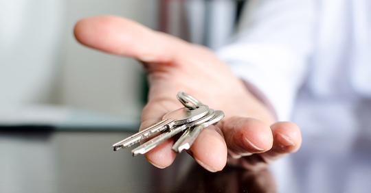 Однажды я позволила себе залезть в карман мужа. Обнаружила ключи с дурацким розовым брелком. Ключ не от нашей квартиры